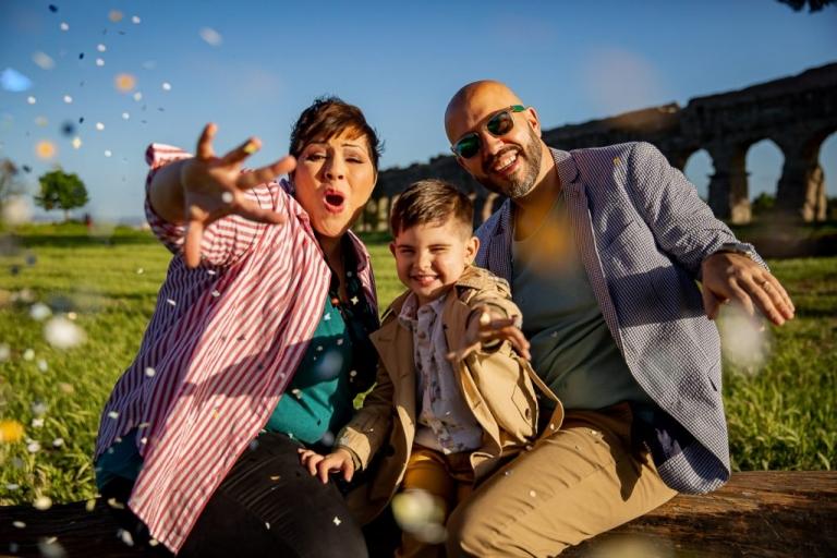 Servizio fotografico di famiglia - giocando con i coriandoli